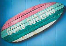 Segno praticante il surfing andato immagine stock