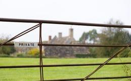 Segno privato bianco sul cancello dell'azienda agricola fotografia stock