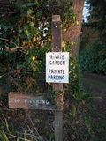 segno privato di parcheggio del giardino privato in bianco e nero Fotografia Stock
