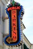 Segno pubblico al neon di parcheggio Fotografia Stock