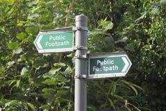Segno pubblico confusionario del sentiero per pedoni Fotografia Stock Libera da Diritti