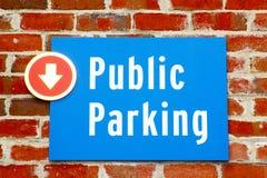 Segno pubblico di parcheggio sul mattone rosso Immagine Stock