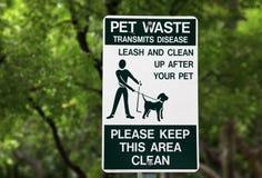 Segno residuo dell'animale domestico al parco Immagine Stock Libera da Diritti
