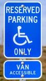 Segno riservato blu verticale di Van Accessible di parcheggio con un uomo su un'icona della sedia a rotelle immagine stock