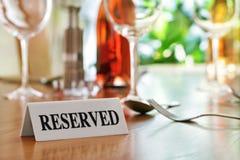 Segno riservato della tavola del ristorante Fotografia Stock