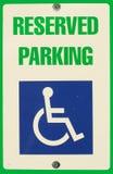 Segno riservato di parcheggio Fotografie Stock Libere da Diritti