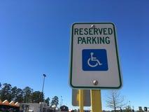 Segno riservato di parcheggio di handicap fotografie stock libere da diritti