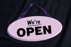 Segno rosa di legno del negozio con noi ` con riferimento alle parole aperte Immagine Stock