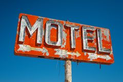 Segno rosso abbandonato del motel con 3 frecce immagini stock