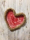 Segno rosso del cuore sulla parete di legno Fotografia Stock Libera da Diritti