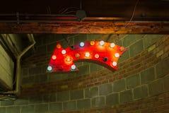 Segno rosso della freccia con le luci Immagini Stock Libere da Diritti
