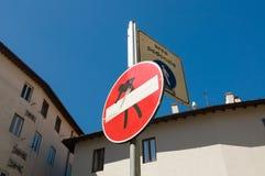 Segno rosso divertente nessun pedonale di area del segno e dell'entrata Fotografie Stock Libere da Diritti