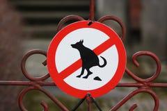 Segno rosso rotondo su un portone del parco - qui i cani sono vietati alla poppa ed alla pipi fotografie stock