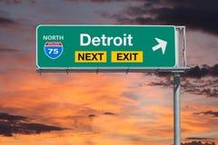 Segno seguente dell'uscita dell'autostrada senza pedaggio dell'itinerario 75 di Detroit con il cielo di tramonto Fotografia Stock