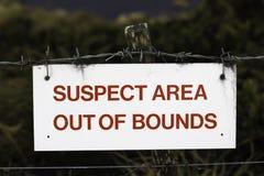Segno sospetto di area fuori dai limiti Fotografie Stock