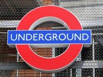 Segno sotterraneo iconico del roundel di Londra fotografie stock libere da diritti