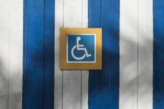 Segno specifico aiutare la gente handicappata fotografie stock libere da diritti
