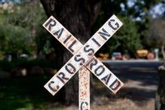 Segno stagionato dell'incrocio di ferrovia Fotografia Stock Libera da Diritti