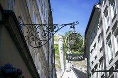 Segno Stassny del negozio nel Getreidegasse a Salisburgo fotografia stock