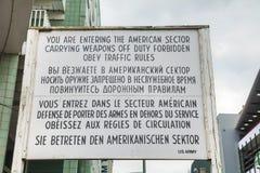 Segno storico a Checkpoint Charlie a Berlino Fotografie Stock