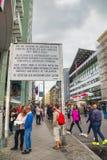 Segno storico a Checkpoint Charlie a Berlino Fotografie Stock Libere da Diritti