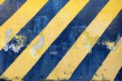 Segno a strisce nero e giallo vecchio di cautela immagini stock
