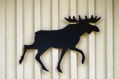 Segno svedese delle alci sui precedenti di legno Fotografie Stock