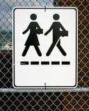 Segno - uomo e donna che camminano con le cartelle Immagine Stock