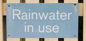 Segno in uso dell'acqua piovana Fotografia Stock