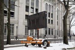 Segno variabile portatile del messaggio parcheggiato vicino all'Yankee Stadium Bronx NY immagine stock libera da diritti