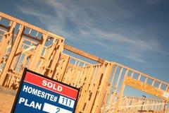 Segno venduto del lotto al nuovo cantiere domestico Fotografia Stock Libera da Diritti