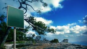 Segno verde in bianco sulla scogliera della montagna del phukradung Fotografia Stock Libera da Diritti