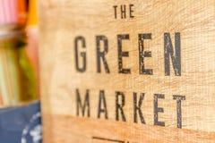 Segno verde del mercato su fondo di legno Fotografia Stock Libera da Diritti