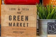 Segno verde del mercato su fondo di legno Fotografie Stock Libere da Diritti