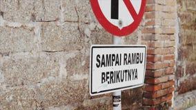 Segno visualizzato sulla strada per tenere la gente da parcheggio nell'area designata in via vuota indonesiana, Bali, città di Ub stock footage