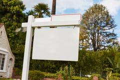 Segno vuoto sulla casa per affitto o il contratto d'affitto Immagine Stock