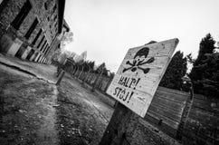 Segno warining di Auschwitz Immagine Stock