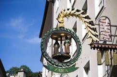 Segno Zara del negozio nel Getreidegasse a Salisburgo fotografia stock libera da diritti
