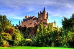 Segovia,西班牙 塞戈维亚著名城堡,上升在一个岩石碎片,在1120年修造 免版税图库摄影