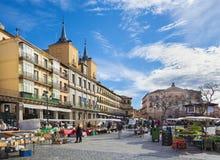 SEGOVIA, ΙΣΠΑΝΙΑ, ΑΠΡΙΛΙΟΣ - 14, 2016: Το τετράγωνο δημάρχου Plaza και η αγορά πρωινού Στοκ Εικόνες