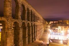 古老罗马渡槽在夜 segovia 免版税图库摄影