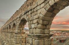 Segovia akvedukt på skymning Berömd spansk Landmark royaltyfria foton