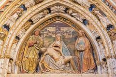 SEGOVIA, ESPANHA, ABRIL - 14, 2016: O relevo do pieta no portal no vestíbulo da catedral por Juan Guas 1483 Fotografia de Stock Royalty Free