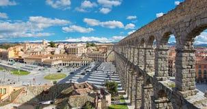 SEGOVIA, ESPANHA, 2016: Aqueduto de Segovia e de Plaza del Artilleria com a cidade Fotografia de Stock Royalty Free