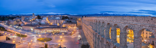 SEGOVIA, ESPANHA, 2016: Aqueduto de Segovia e de Plaza del Artilleria no crepúsculo Foto de Stock Royalty Free