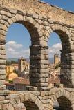 Segovia inom akvedukten av Segovia med en naturlig ram royaltyfri fotografi