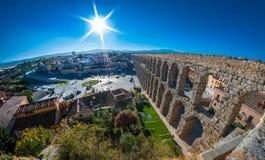 Segovia marknadsfyrkant och berömd akvedukt arkivbilder