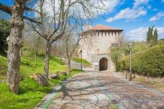 Segovia - a porta Puerta de Santiag do romanesque Foto de Stock