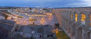 SEGOVIA SPANIEN: Akvedukt av Segovia och Plaza del Artilleria på skymning Royaltyfria Bilder