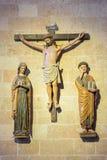 SEGOVIA SPANIEN, APRIL - 14, 2016: Den polychrome gotiska skulpturala gruppen av korsfästelse i domkyrkan Nuestra Senora de la As Arkivfoto
